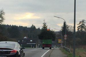 Wie hier in Lechtingen sind die Wallenhorster Messdiener am heutigen Samstag unterwegs und sammeln mit sechs Treckern die ausgedienten Christbäume ein. Foto: Nils Kuhlmann