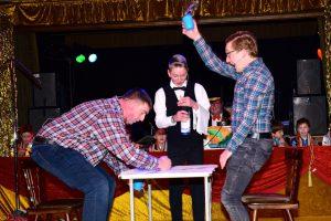 """Knigge-Kurs mal anders: Maik und Kai Hörnschemeyer sowie Michael Lührmann (von links) sorgen mit ihrem """"Restaurantbesuch"""" für viele Lacher im Saal. Foto: Kurt Flegel"""