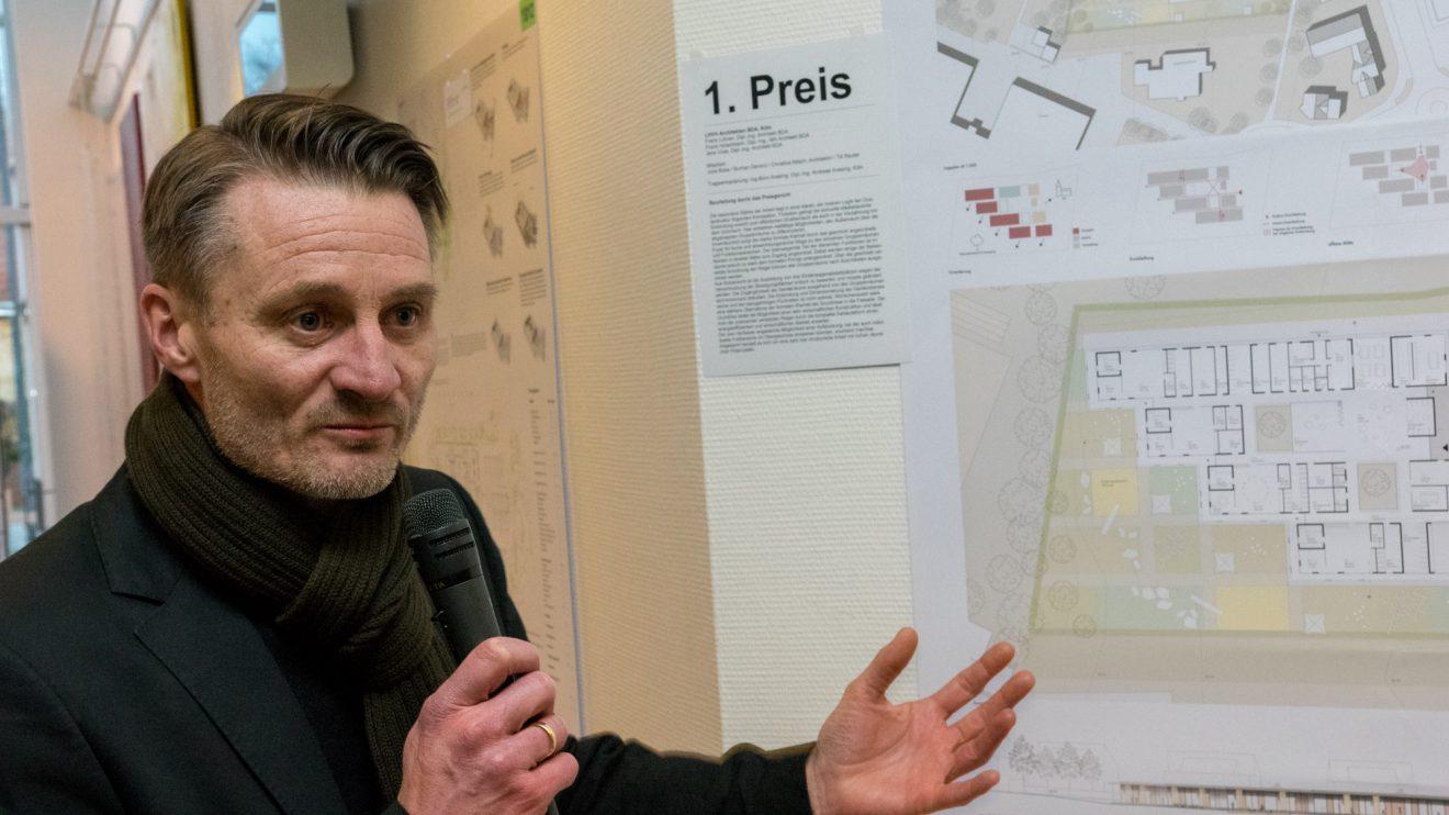 Architekt Frank Lohner erläutert den Entwurf seines Büros. Foto: Gemeinde Wallenhorst / André Thöle