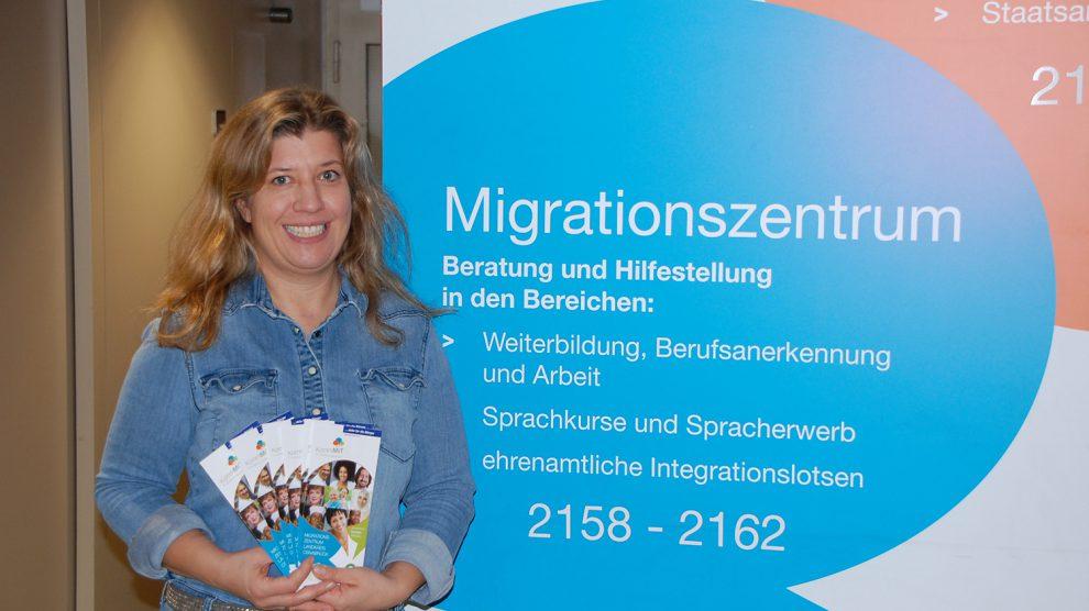 Judith Fülling vom Migrationszentrum des Landkreises Osnabrück berät Menschen mit Zuwanderungsgeschichte im Wallenhorster Rathaus. Foto: MaßArbeit / Frank Bertram