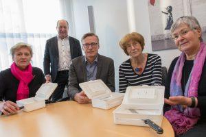 Maria Barz, Wolfgang Knop, Bürgermeister Otto Steinkamp, Marlen Beyer und Gerlinde Schröder (von links) präsentieren die Schneidehilfe-Sets. Foto:André Thöle