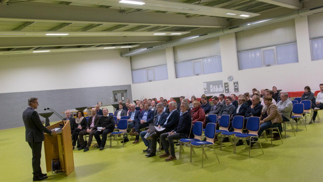 Bürgermeister Otto Steinkamp eröffnet die Halle vor Vertretern der am Bau beteiligten Firmen, Vereine und Institutionen. Foto: André Thöle