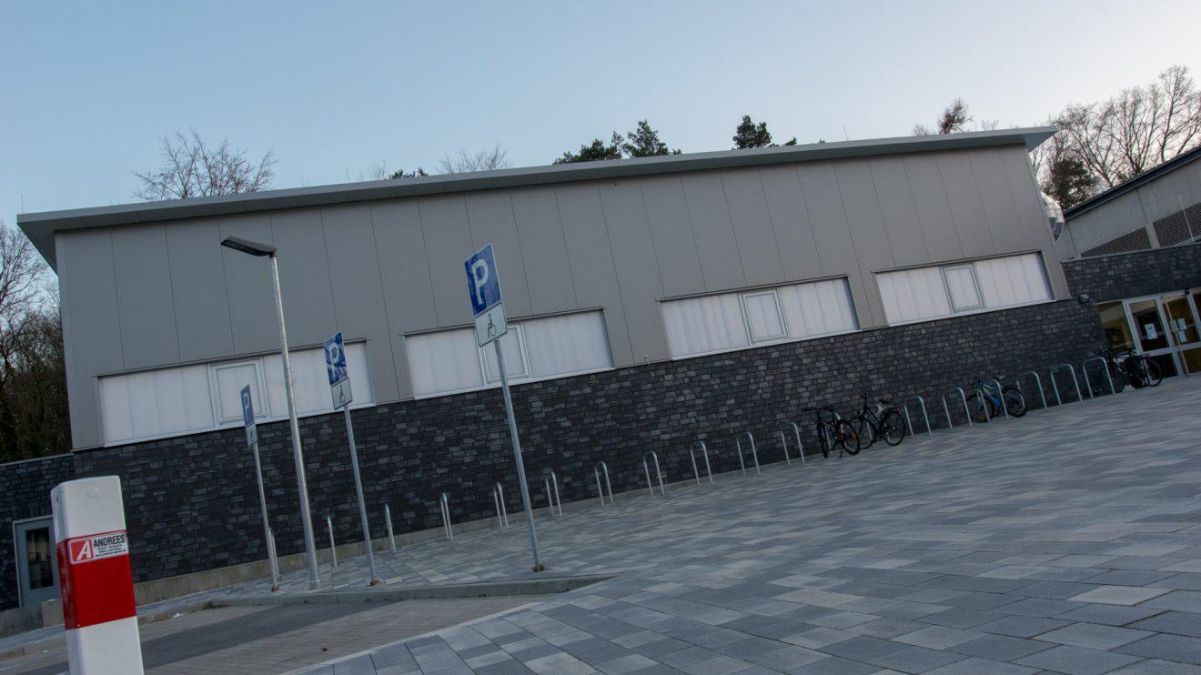 Trainingshalle mit neu gestaltetem Vorplatz an der Bergstraße. Foto: André Thöle