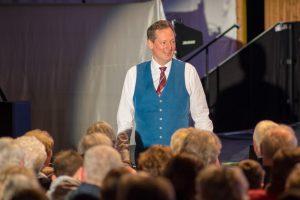Dr. Eckart von Hirschhausen agiert nicht nur auf der Bühne, sondern auch direkt im Publikum. Foto:André Thöle