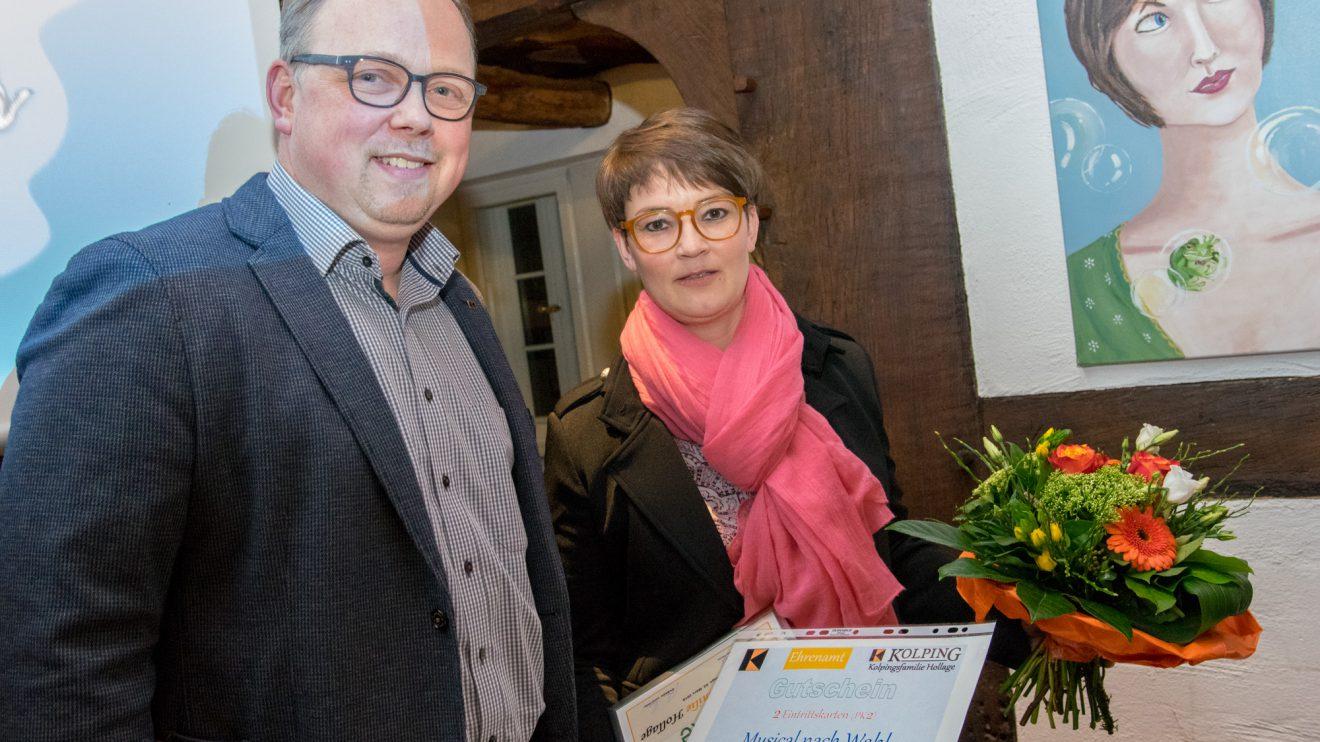 Heiner Placke überreicht Simone Pott Blumen und einen Gutschein für einen Musicalbesuch. Foto: André Thöle
