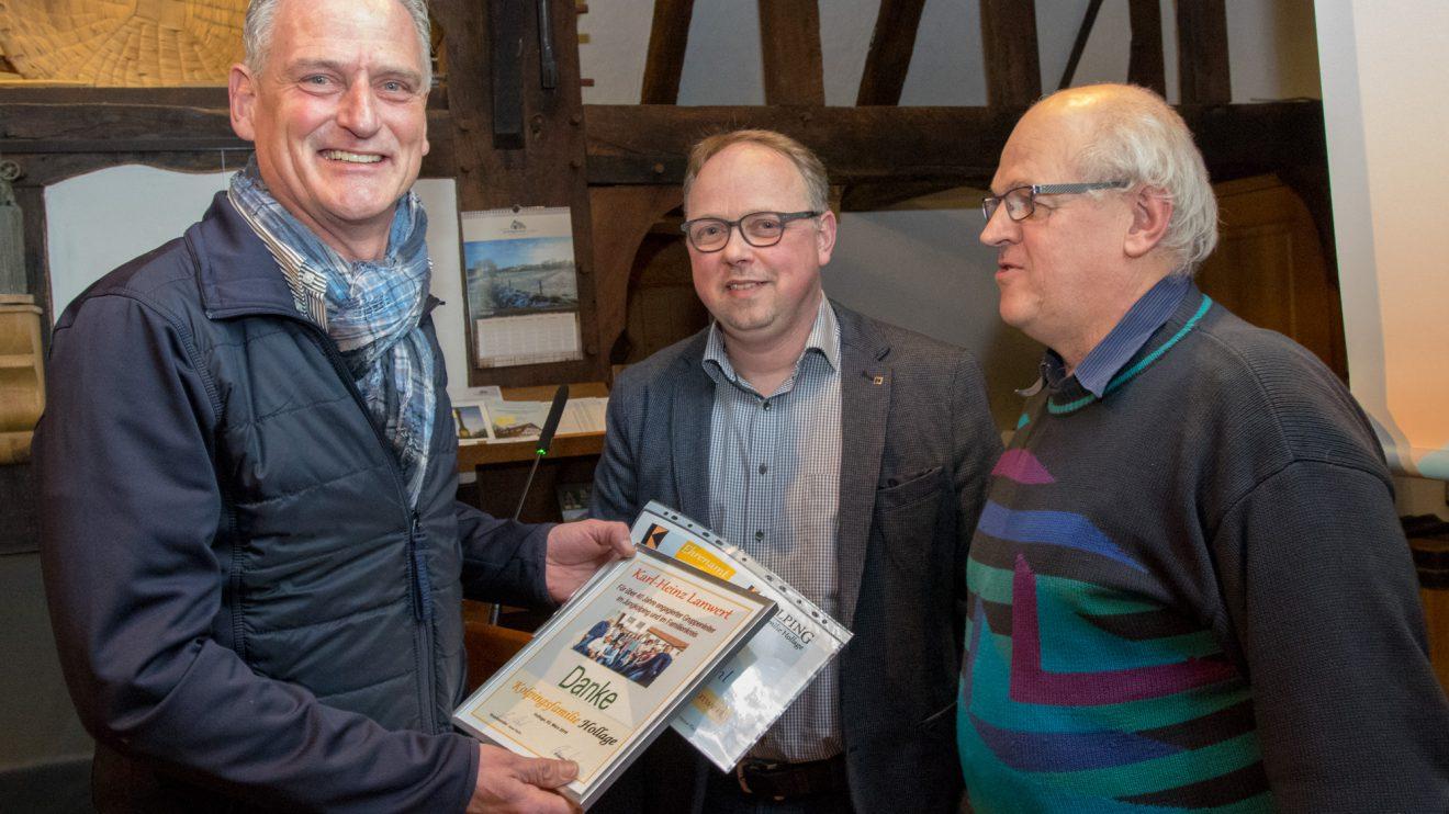 Karl-Heinz Lanwert nimmt eine Urkunde und einen Gutschein von Heiner Placke und Hubert Wächter (von links) entgegen. Foto: André Thöle