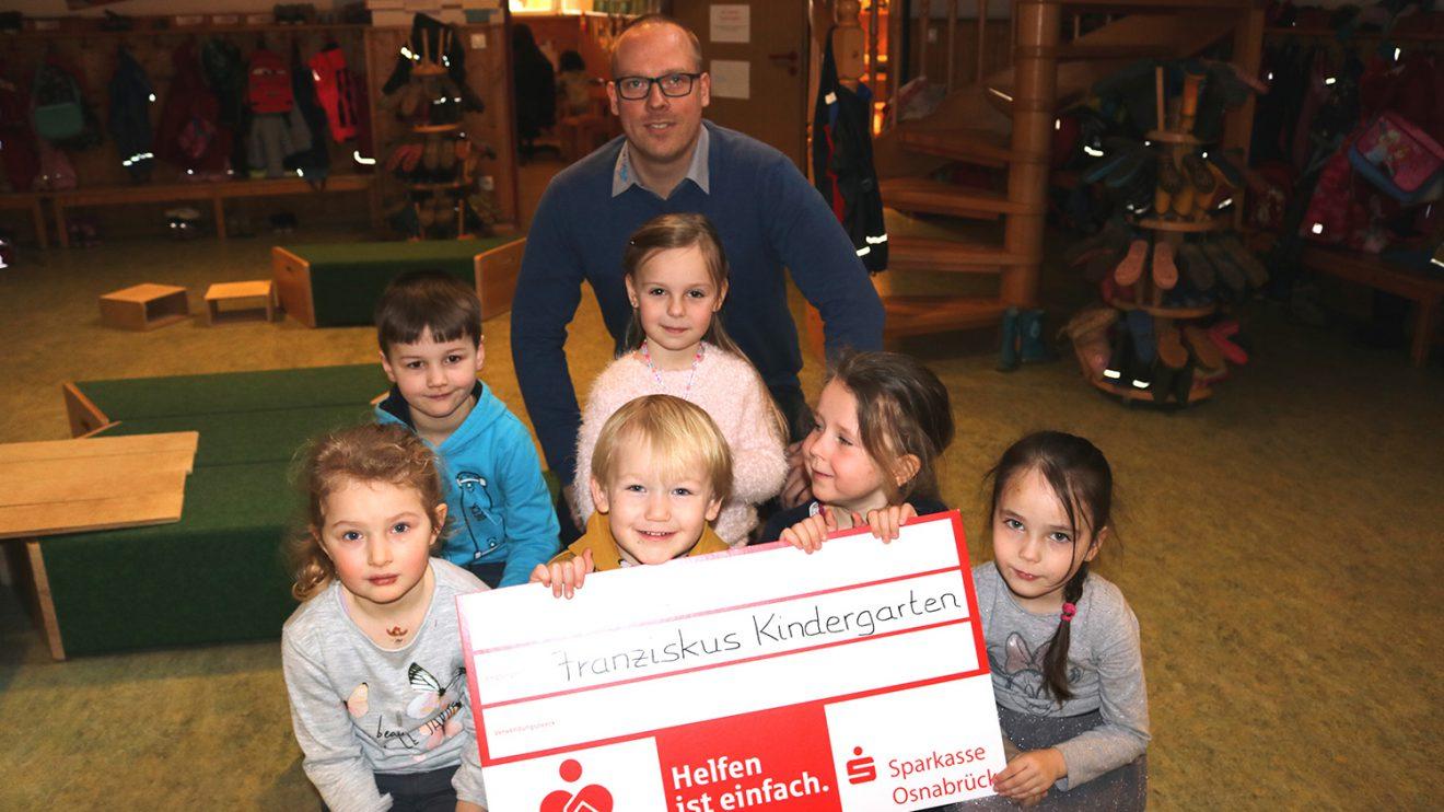 Matthias Lüttschwager mit einigen Kindern des Kindergartens. Foto: ML Reifen