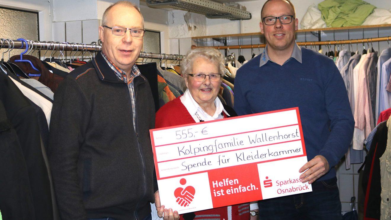 Andreas Albers (Vorsitzender Kolping Familie), Maria Brüggemann (Leitung Kleiderkammer seit 25 Jahren), Matthias Lüttschwager (Geschäftsführer ML Reifen GmbH). Foto: ML Reifen