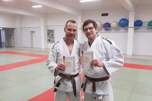Christian Frey und Benjamin Köhler nach der bestandenen Prüfung beim OTB. Foto: Blau-Weiss Hollage