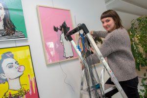 Katrin Lazaruk bereitet die Ausstellung im Foyer des Wallenhorster Rathauses vor. Dort zeigt sie Kunstwerke, die aus den Tonbändern alter Kassetten erstellt wurden. Foto:André Thöle