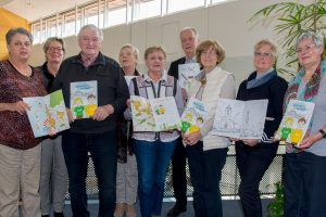 Die Mitglieder des Seniorenbeirats präsentieren das Wallenhorster Malbuch. Foto: André Thöle