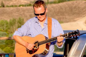 Peter Kroll-Ploeger spielt, singt und erzählt beim nächsten Gitarrenkonzert im Ruller Haus. Foto: guitargig