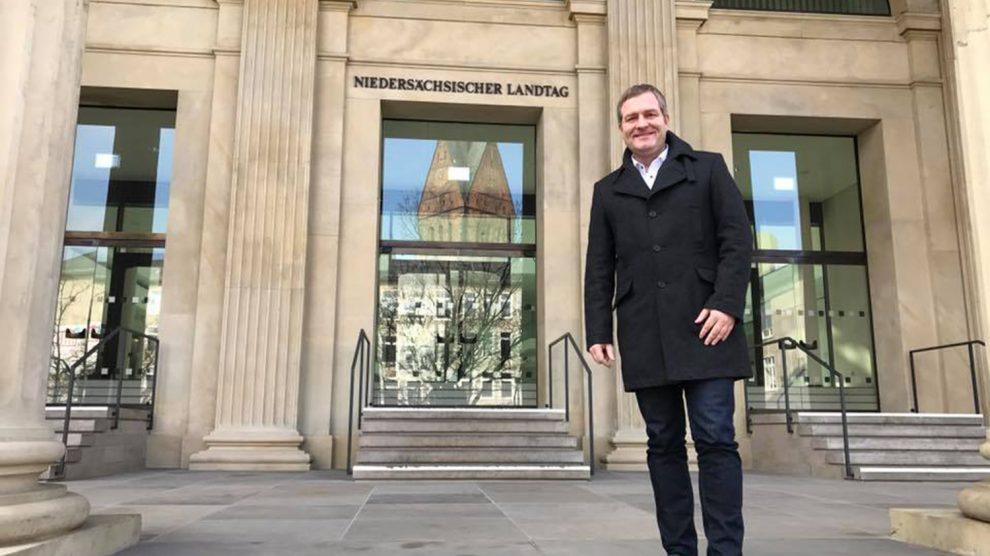 Der SPD-Landtagsabgeordnete Guido Pott aus Wallenhorst vor dem Landtagsgebäude in Hannover. Foto: SPD