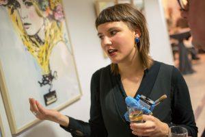 Katrin Lazaruk erklärt den Ausstellungsbesuchern, wie sie ihre Werke erstellt. Foto:André Thöle