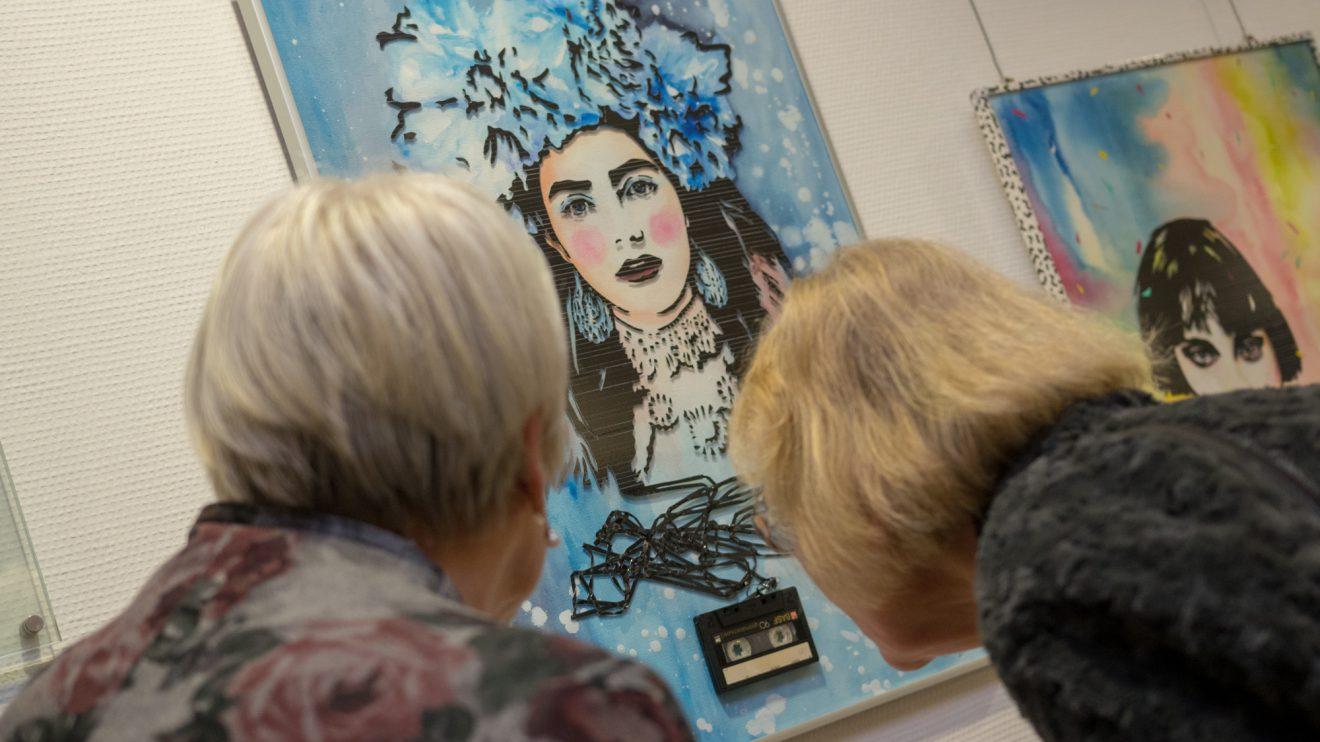 Interessiert schauen sich die Gäste die Bilder im Detail an. Foto:André Thöle