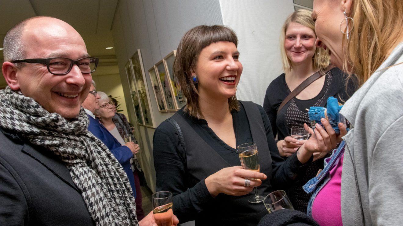 Katrin Lazaruk freut sich mit ihren Gästen über gelungene Vernissage. Foto:André Thöle