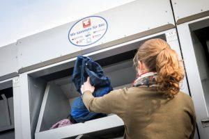 """Transparenz für den Verbraucher: Das Logo """"Wir sammeln für Sie"""" kennzeichnet die Container der Kooperationspartner zur Altkleidersammlung in der Region Osnabrück. Foto: A.W. Sobott/AWIGO."""