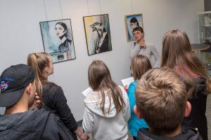 Katrin Lazaruk erläutert den Schülerinnen und Schülern ihre Werke. Foto: Gemeinde Wallenhorst