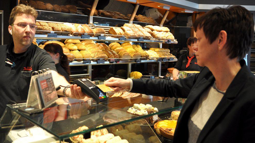 Inhaber Jörg Berelsmann mit Ingrid Röwekamp von der Volksbank Bramgau-Wittlage. Foto: konsequent PR