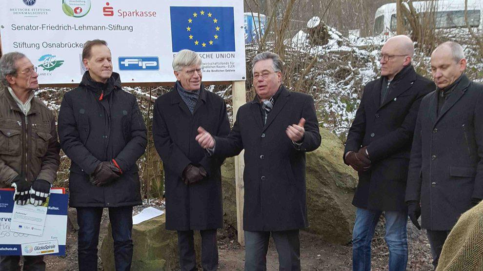 Franz Heidemann (Vorsitzender des Fördervereins Stüveschacht), Architekt Markus Wiekowski und die Mitglieder des Landtags Burkhard Jasper und Clemens Lammerskitten (v.l.n.r.). Foto: Wahlkreisbüro