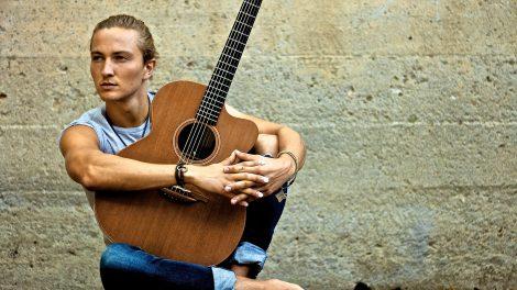 Gefühlvoller Meister der Fingerstylegitarre: Der Gitarrist Calum Graham kommt ins Ruller Haus. Foto: Richard Mills