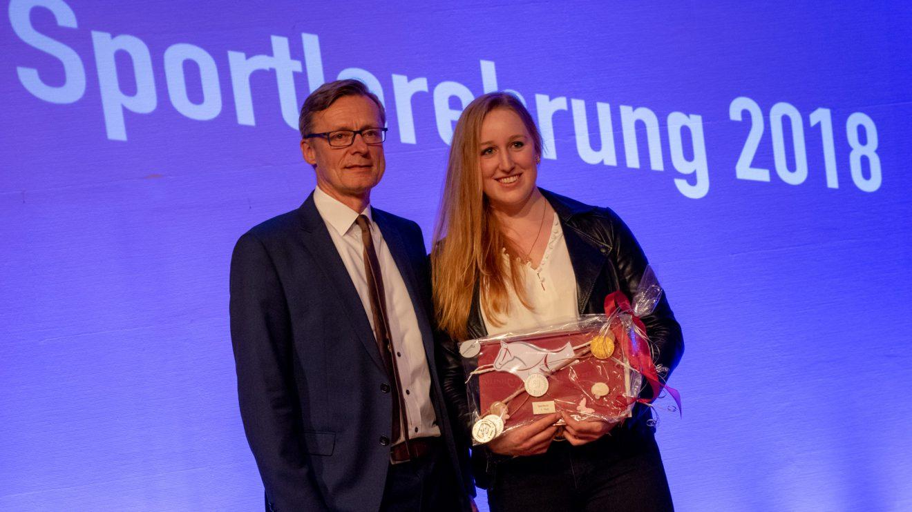 Reitsportlerin Lena Böning mit Bürgermeister Otto Steinkamp. Foto: André Thöle