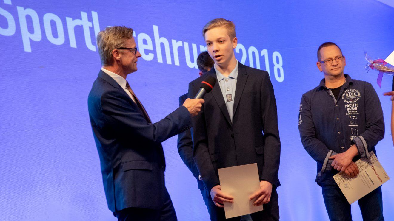 Kampfsportler Marlon Schütze im Gespräch mit Bürgermeister Otto Steinkamp. Foto: André Thöle