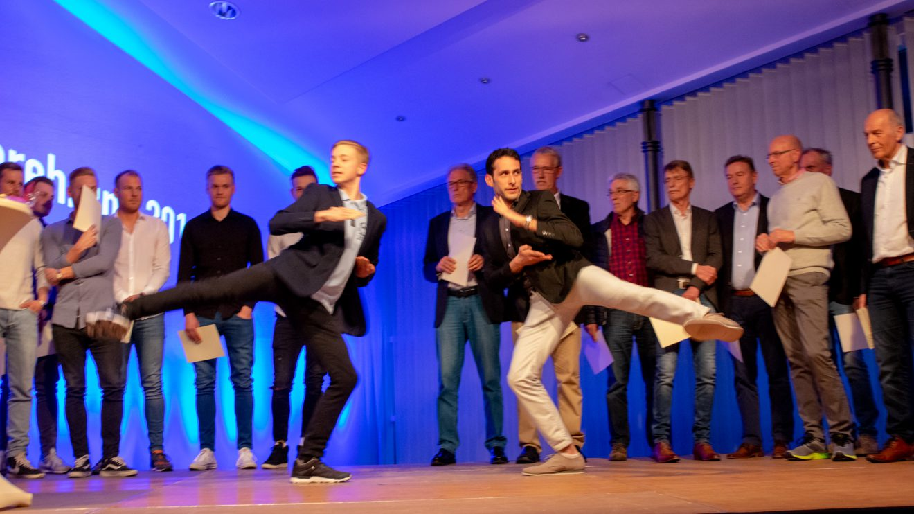 Marlon Schütze und Adam Heese von der Kampfsportschule Schawe stellen ihre Disziplin, den Synchron-Formenlauf im Kickboxen, vor. Foto: André Thöle