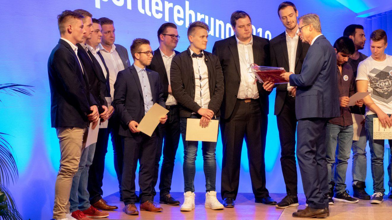 Die 4. Herrenmannschaft von Blau-Weiss Hollage nimmt den Ehrenpreis von Bürgermeister Otto Steinkamp entgegen. Foto: André Thöle