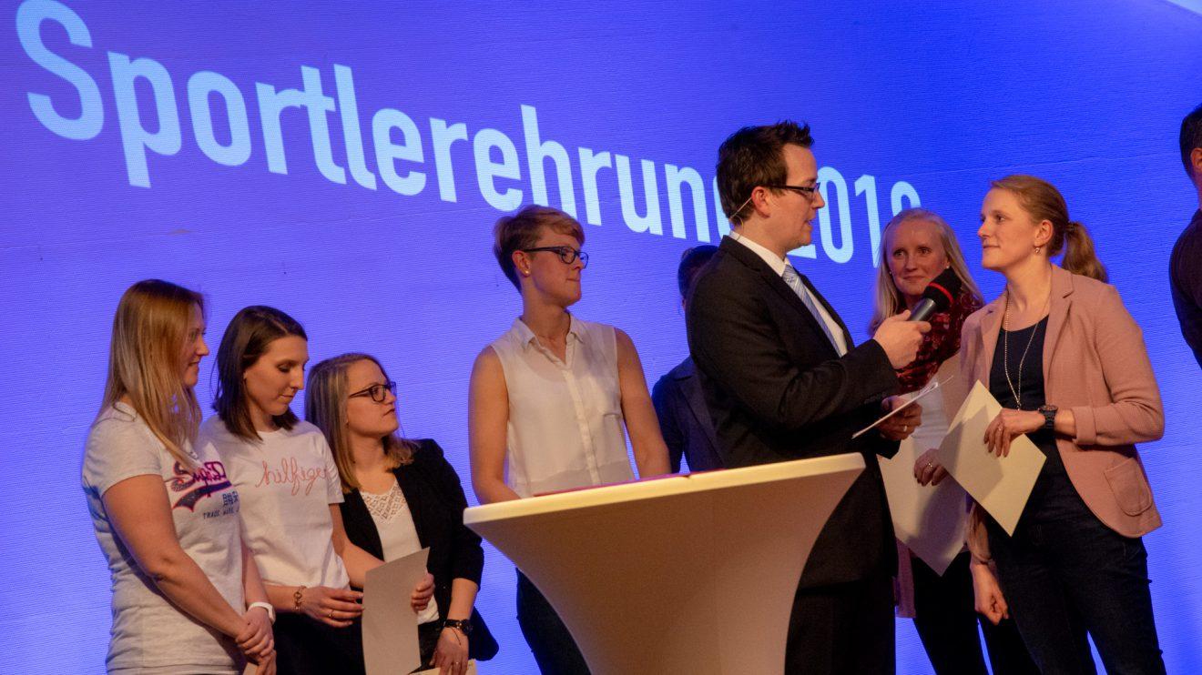 Moderator Johannes Kapitza – hier im Gespräch mit Ines Brune von Blau-Weiss Hollage – führt souverän durch den Abend. Foto: André Thöle