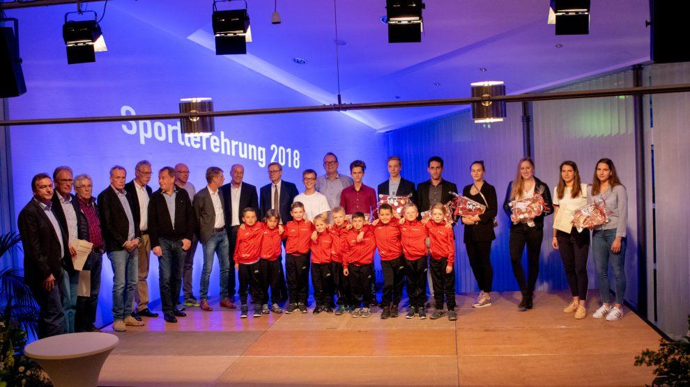 Gruppenbild der Siegerinnen und Sieger bei der Sportlerehrung 2018. Foto: André Thöle