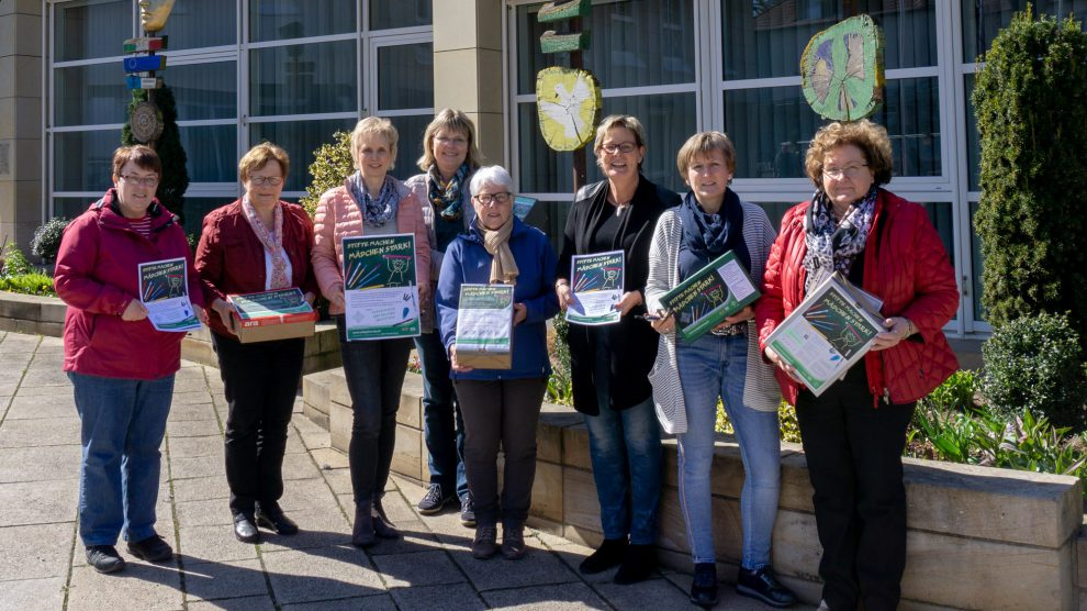 Die Vertreterinnen der Wallenhorster Frauenverbände und Kornelia Böert (3. von rechts) freuen sich über das Ergebnis der Sammelaktion. Foto: Jonas Drüen