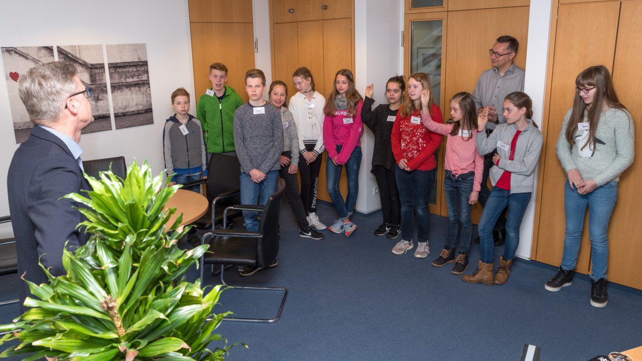 Elf Kinder verbringen ihren Zukunftstag bei der Gemeinde Wallenhorst – hier im Gespräch mit Bürgermeister Otto Steinkamp (links). Foto: Gemeinde Wallenhorst / Thomas Remme
