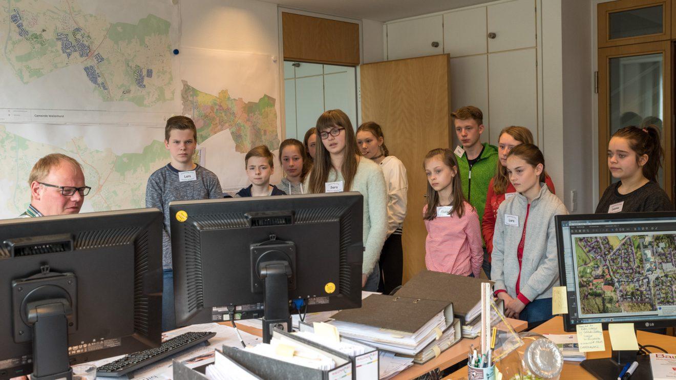 Einen Einblick in die Geodaten gewährt Martin Heidkamp (links) den Schülerinnen und Schülern. Foto: Gemeinde Wallenhorst / Thomas Remme