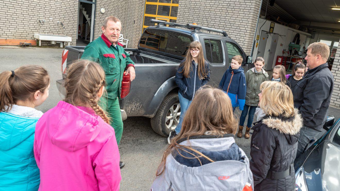 Alois Wächter erklärt den Kindern die Aufgaben des Baubetriebshofes. Foto: Gemeinde Wallenhorst / Thomas Remme