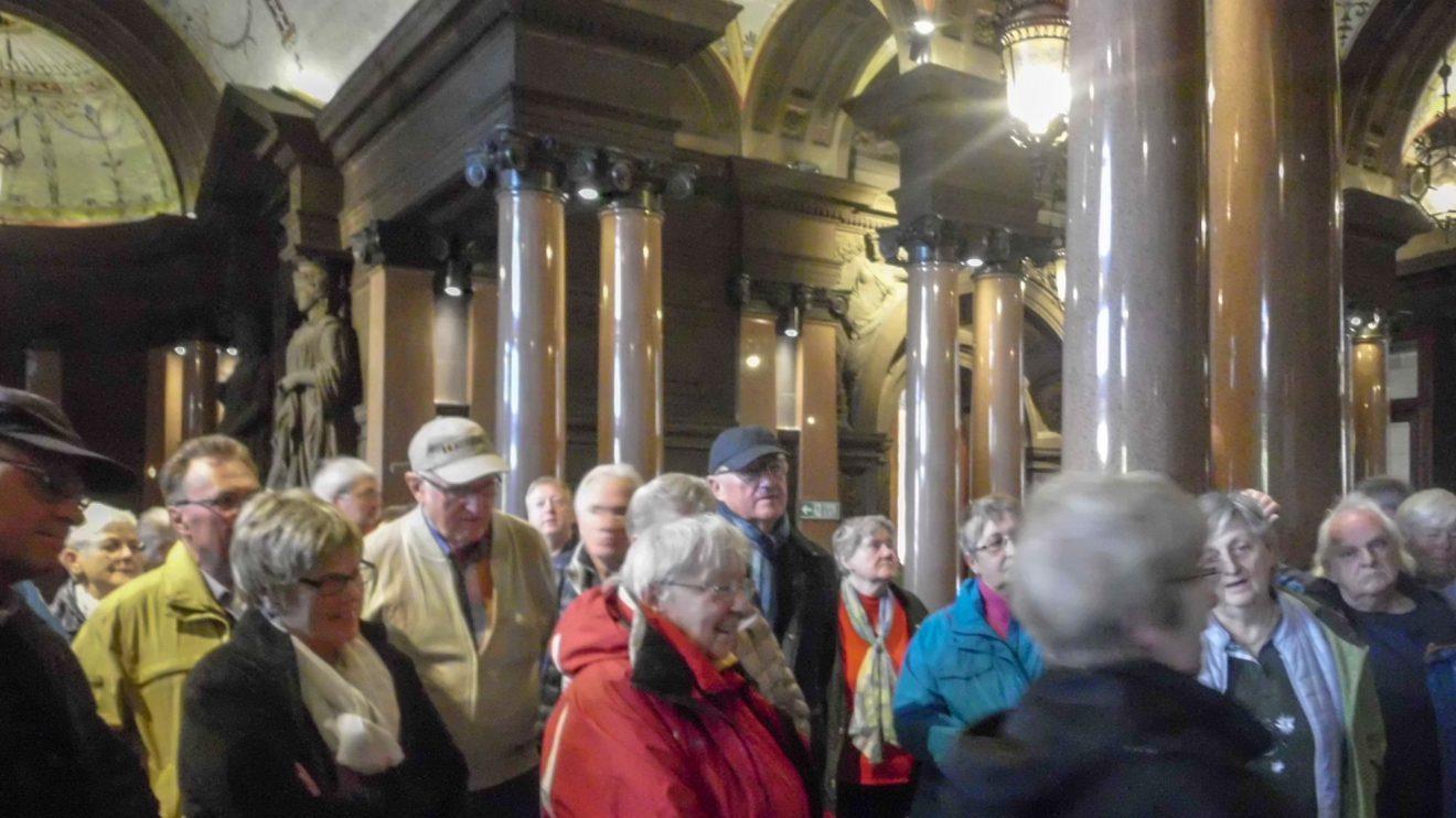 In Glasgow besichtigt die Reisegruppe das Rathaus. Foto: Ursula Thöle