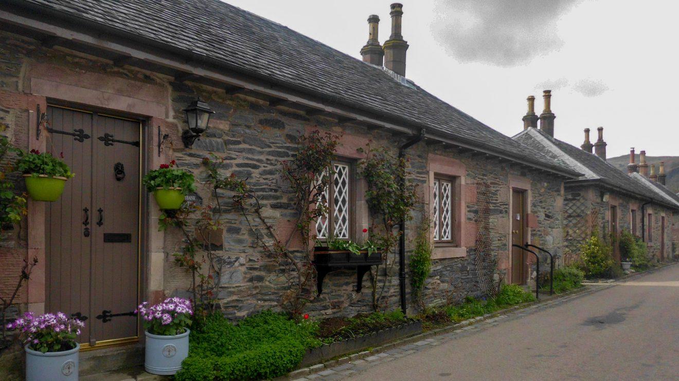 Impressionen aus Schottland: Häuserzeile in den Highlands. Foto: Ursula Thöle