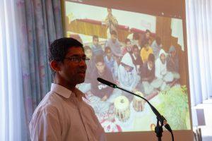 Pater Xavier berichtet mit aktuellen Bildern über das von ihm unterstützte Kinder- und Altenheim in Indien. Foto:André Thöle