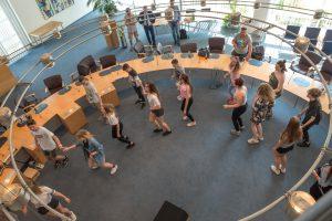 Spontane Tanzeinlage der deutschen, polnischen und ukrainischen Schülerinnen und Schüler im Rondell des Ratssitzungssaals. Foto:Thomas Remme