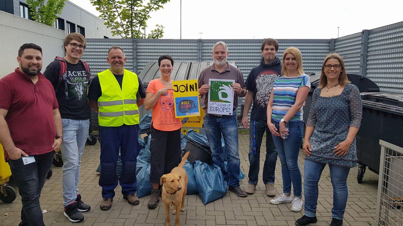 Birgit Schad (4. von links) hat mit Spürhund Ronni und weiteren Mitstreitern auch beim Müllsammeln der Spedition Koch International mitgewirkt. Foto: City Cleaners Germany