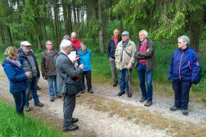Pflanzenkundler Prof. Dr. Konrad Arndt bringt den Schnatgängern die heimische Flora näher. Foto: Gemeinde Wallenhorst
