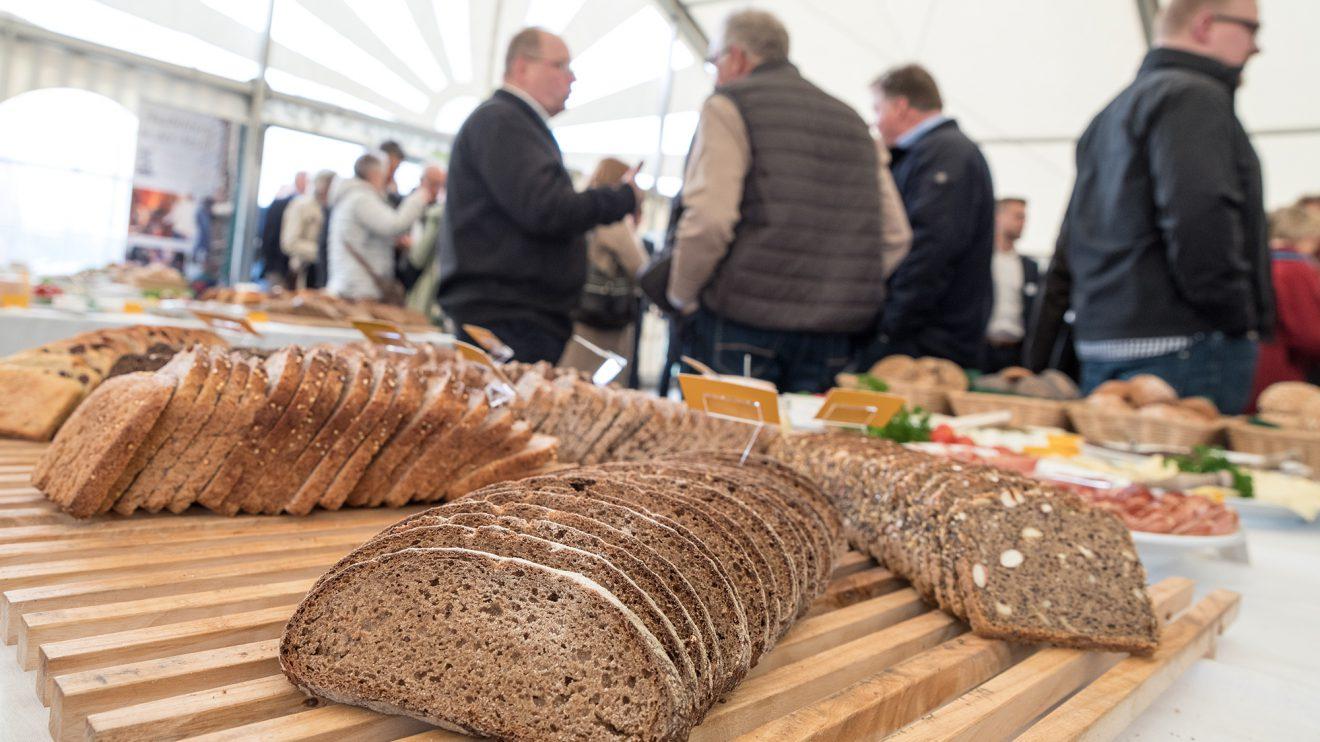 Bei einem leckeren und gesunden Frühstück besprechen Geschäftsleute und Kulturschaffende gemeinsame Ideen und Projekte. Foto: Thomas Remme / Gemeinde Wallenhorst