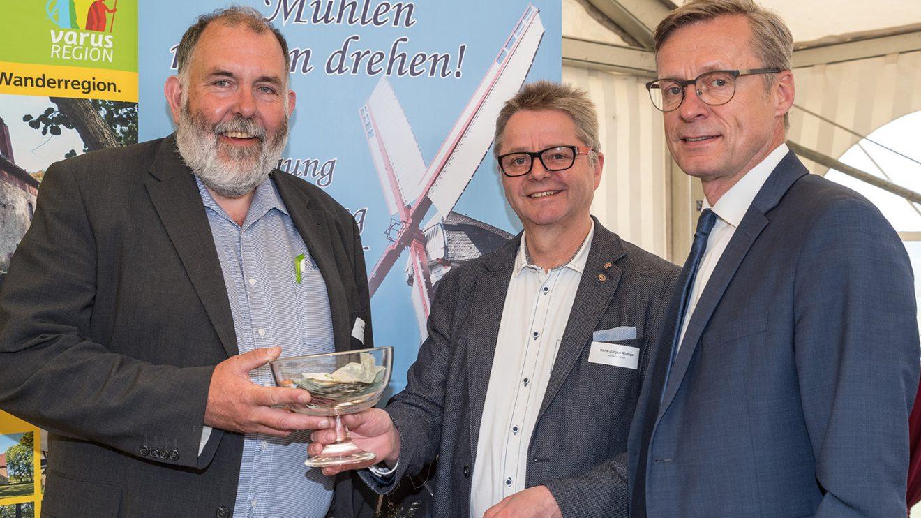 Ansgar Vennemann nimmt für den Lechtinger Mühlenverein eine Spende über 615 Euro von Hans-Jürgen Klumpe und Bürgermeister Otto Steinkamp (von links) entgegen. Foto: Thomas Remme / Gemeinde Wallenhorst