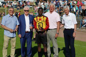 Johan Bakayoku wird als bester Spieler geehrt (v.l.) von Peter Papke, Alfred Lindner, Gerd Strößner und DFB-Vizepräsident Eugen Gehlenborg. Foto: Karl-Heinz Rickelmann