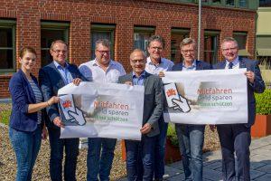 Cornelia Holthaus und die Bürgermeister der sechs beteiligten Kommunen weisen auf die klimaschützende Wirkung von Fahrgemeinschaften hin. Foto: Tim Strakeljahn / pro-t-in GmbH