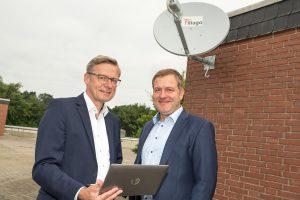Praxistauglich: Bürgermeister Otto Steinkamp (links) und Guido Pott, Aufsichtsratsvorsitzender der Gemeindewerke, präsentieren die Satellitentechnik, die bereits an der Kläranlage Barlager Esch im Einsatz ist. Foto: Thomas Remme