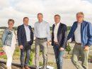 Mit Blick auf die Baustelle informieren sich Marion Müssen, Guido Pott, Bürgermeister Otto Steinkamp und Manfred Gretzmann bei Björn Schütte (Mitte) über die Erweiterung des Logistikzentrums. Foto: Thomas Remme