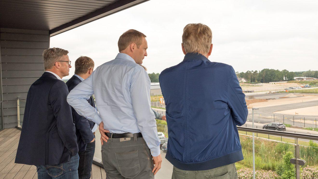 Vom Balkon der drei Jahre jungen Firmenzentrale hat Unternehmer Björn Schütte die Baustelle gut im Blick. Foto: Thomas Remme