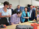 Sozialministerin Carola Reimann, Landtagsabgeordneter Guido Pott und Bürgermeister Otto Steinkamp freuen sich über die Auftragsvergabe an die Wallenhorster Werkstatt. Foto:Hendrik Chmiel