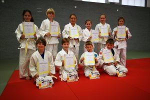Die erfolgreichen jungen Judoka nach ihrer bestandenen Gürtelprüfung. Foto: Blau-Weiss Hollage